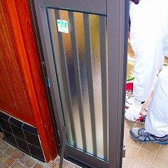 施工中②…次に新しい玄関ドアを取り付けます。