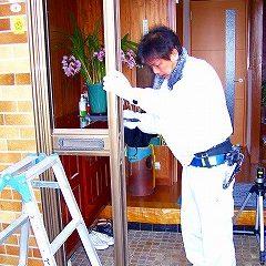 施工中①…まずは既存ドアの撤去です。