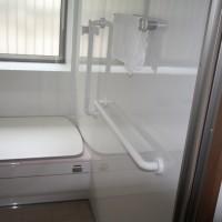 浴室の立ち上がり時の縦手摺り、 移動の際の横手摺り。