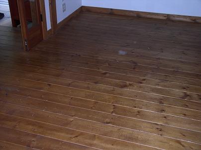 フローリングからコルクへの床の張り替え工事です。 お客様はフローリングの足の感触より、コルクのソフトな感じが気に入られたようで 今回、玄関とLDKをコルクにしようと思われたようです。  厚さ20㎜のパイン材の現況はこんな感じです。