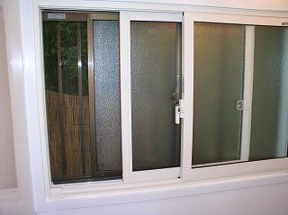 断熱性を良くしたいため、窓の内側に もう一つ樹脂製の内窓を取り付けました。